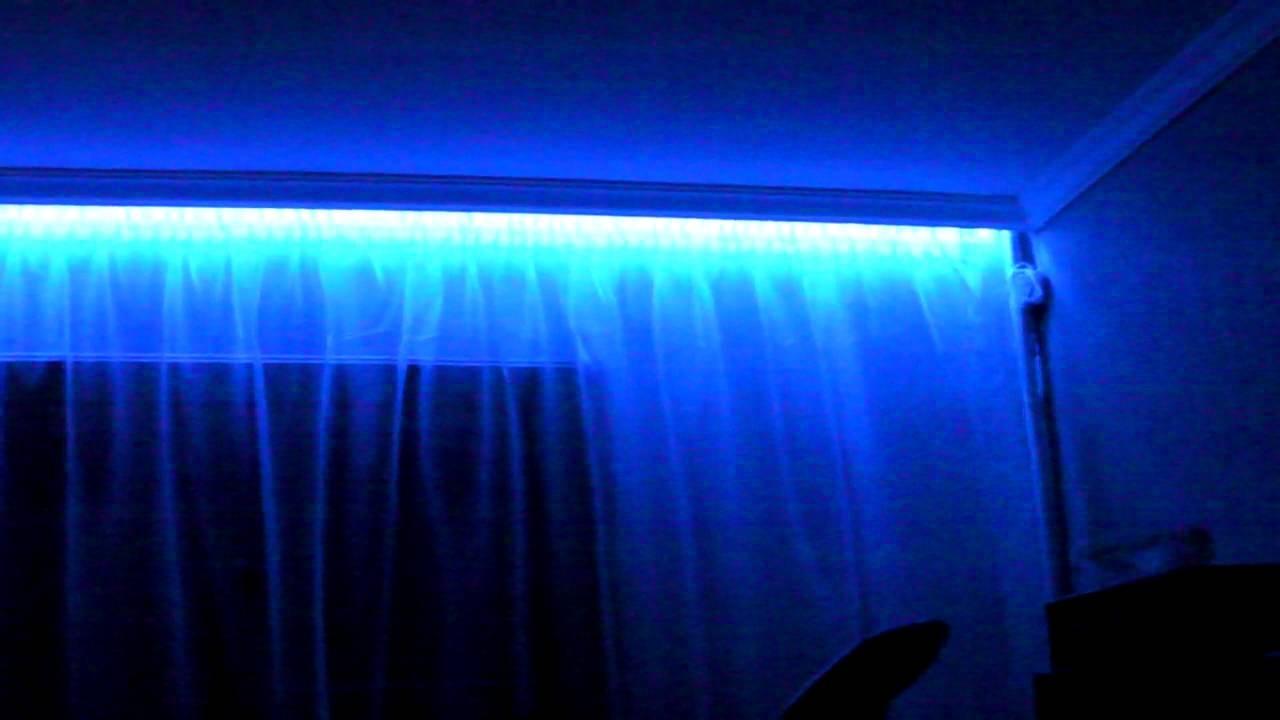 Светодиодное освещение помогает существенно изменить общий дизайн комнаты. С помощью такого дополнения можно выгодно подчеркнуть фактуру и узор на шторах.