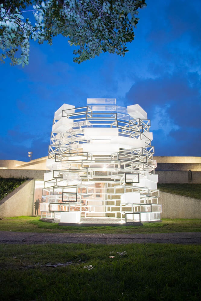 Архитекторы сравнивают такую необычную форму, создаваемую блоками, с мавзолеем и космической капсулой.