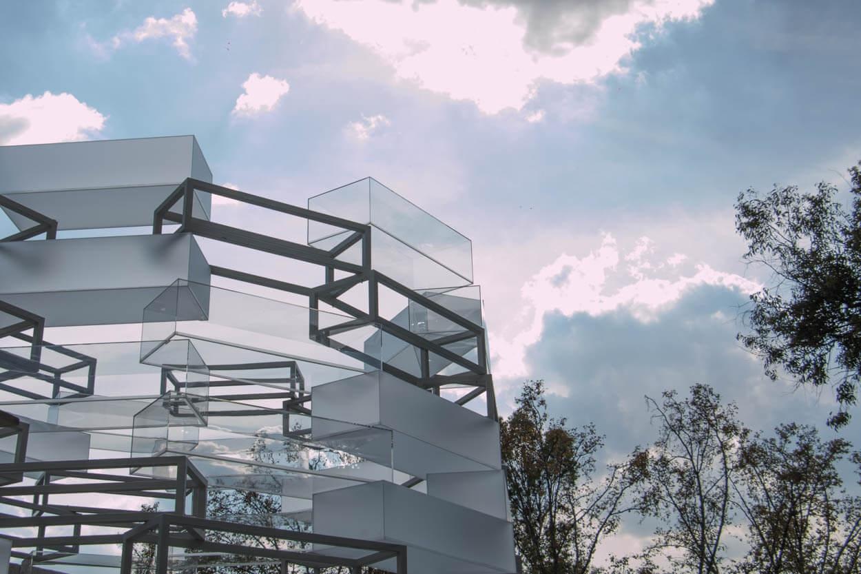 Посетители могут зайти внутрь конструкции высотой восемь метров, которая постепенно сужается к ее открытой вершине.