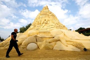 Команда дизайнеров создала самый высокий песчаный замок