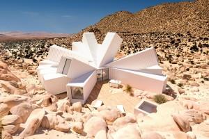 Дом-звезда из контейнеров посреди пустыни