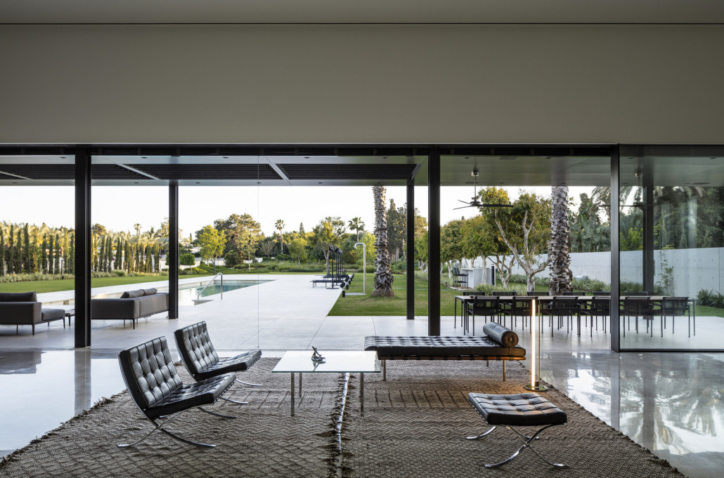 Дом как развернутая последовательность простых геометрических форм (минималистичный дизайн)