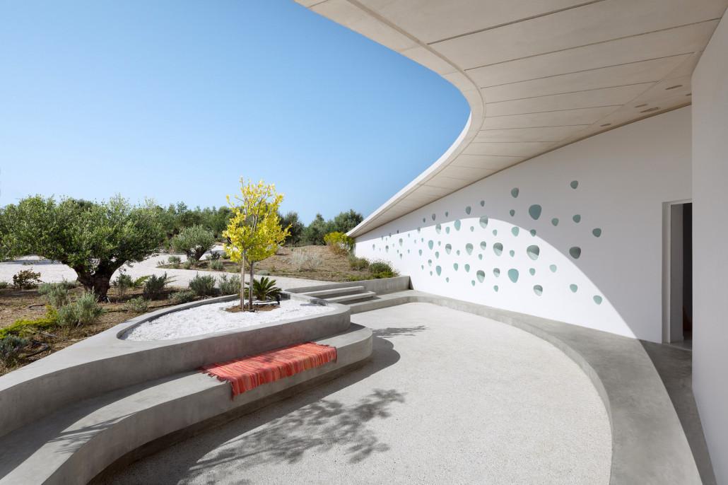 Летняя резиденция расположенна в оливковой роще на юге Пелопоннеса
