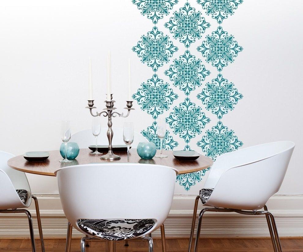 На заметку: если у вас достаточно большая кухня и преобладают однотонные пастельные тона, стены можно сделать основной акцентной составляющей, декорировав их впечатляющим узором. В маленьком помещении лучше оставить стены однотонными светлого оттенка или ограничиться легким ненавязчивым орнаментом.