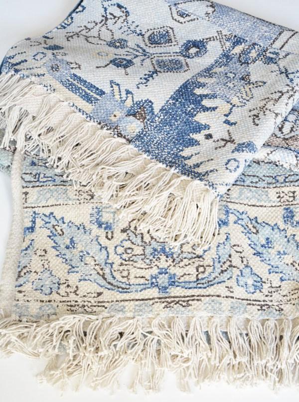 …В такие красивые, приятные на ощупь, декоративные подушки для дивана или кресел