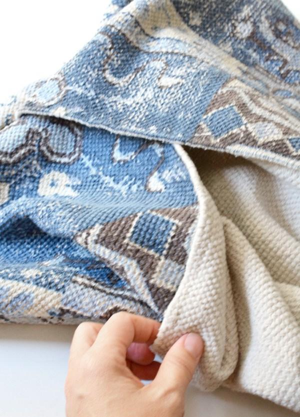 Далее можно украсить ее кистями, изготовленными из бахрома коврика, по желанию