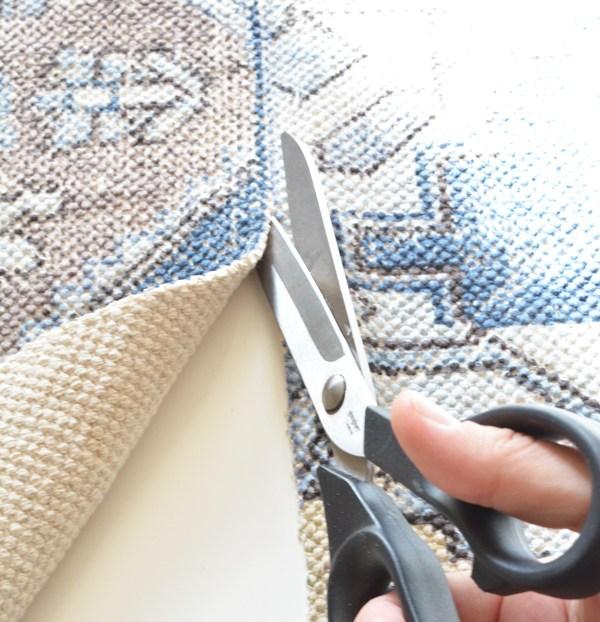 Для начала, необходимо обрезать бахрому по краю коврика