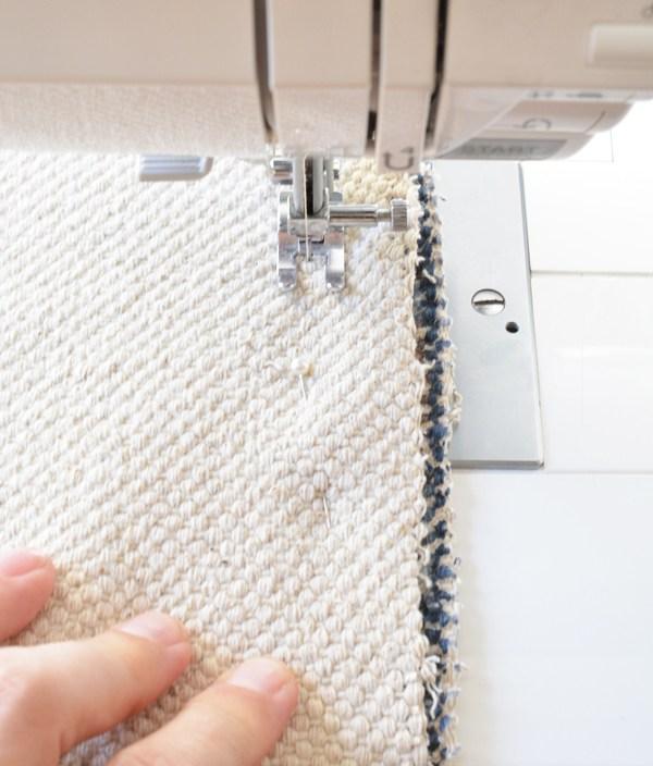 Закрепите намеченные линии с помощью булавок, при этом, на ткани вокруг должен остаться небольшой припуск