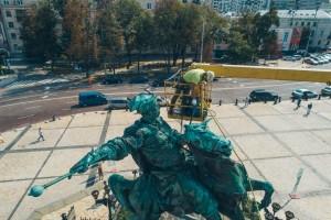 В Киеве перед праздниками вымыли памятник Богдану Хмельницкому