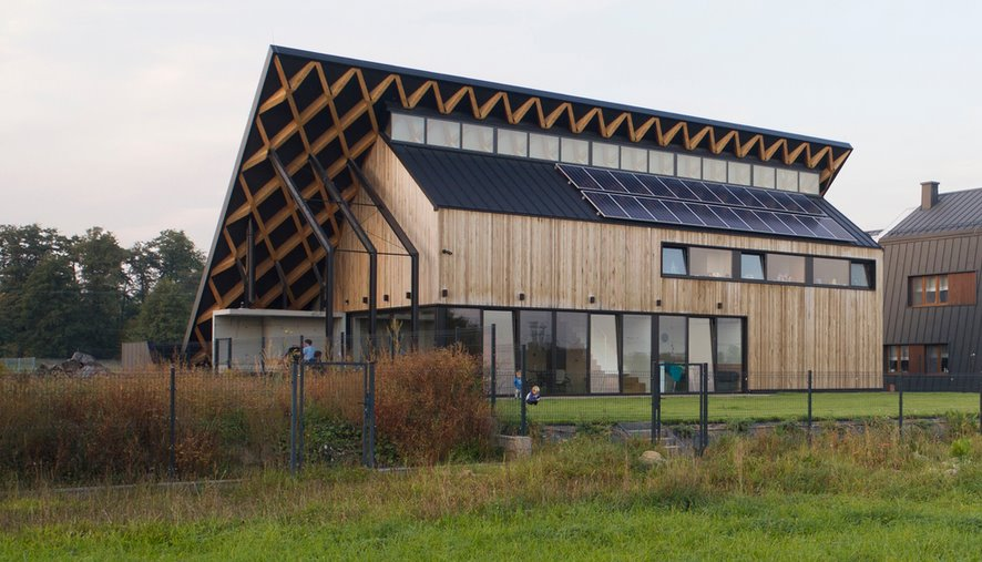 «Солнечный» дом под «зеленой» крышей: как совместить экодизайн и хай-тек
